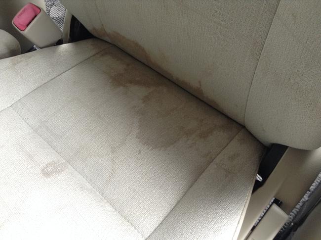 助手席シートのコーヒーのシミ汚れ