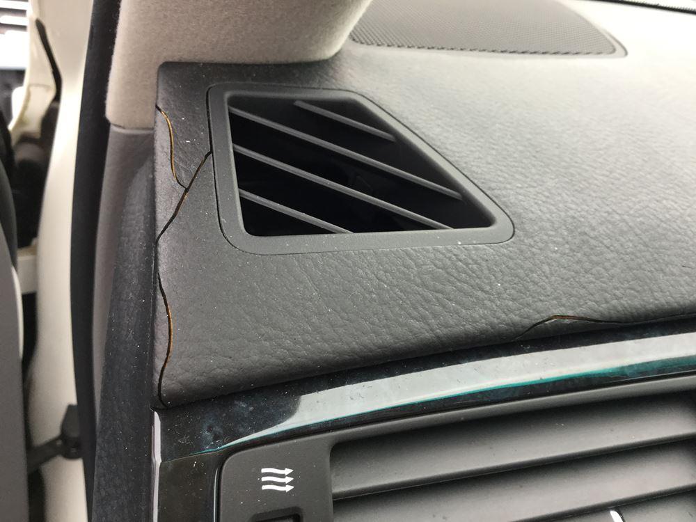 エアコン吹出口周りのひび割れ